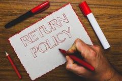 Политика возвращения текста сочинительства слова Концепция дела для условий розницы возврата налога на руке человека приобретения стоковая фотография rf