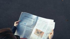Политика газеты чтения женщины в Франции и Германии сток-видео