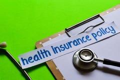 Политика медицинской страховки на концепции здравоохранения с зеленой предпосылкой стоковое фото
