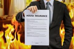 Политика страхования жилья выставки бизнесмена с огнем Стоковые Фотографии RF
