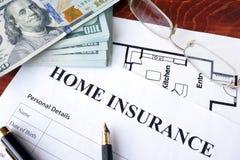 Политика страхования жилья на деревянной поверхности Стоковая Фотография RF