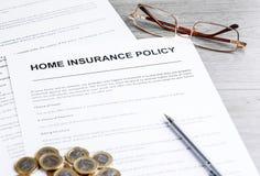 Политика страхования жилья Примечания, модель дома и полис страхования Стоковые Фото