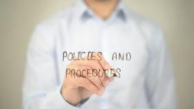 Политики и процедуры, сочинительство человека на прозрачном экране Стоковые Фото