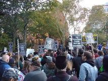 Политический митинг, протест фашизма выжимк, парк квадрата Вашингтона, NYC, NY, США стоковое изображение