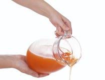 политый сок рук carafe Стоковые Фотографии RF