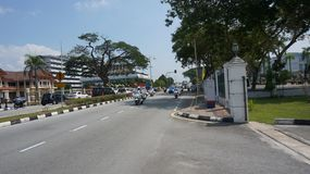 Полицейская машина водя перед войском сопроводителя для султана Perak стоковое изображение
