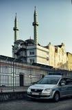 Полицейская машина наблюдения миграции района центра города Гамбурга мечети стоковые фотографии rf