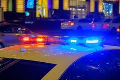 Полицейская машина с мигающими огнями стоковые фотографии rf