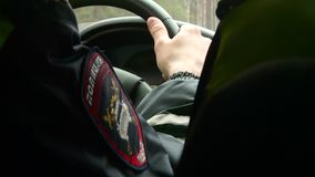 Полицейская машина управляет вдоль дороги осенью видеоматериал