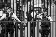 Полицейские Лондона защищая Даунинг-стрит - ЛОНДОН - ВЕЛИКОБРИТАНИЮ - 19-ое сентября 2016 Стоковое Изображение RF