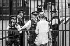 Полицейские Лондона защищая Даунинг-стрит - ЛОНДОН - ВЕЛИКОБРИТАНИЮ - 19-ое сентября 2016 Стоковая Фотография RF