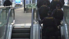 Полицейские на moving эскалаторе Патруль обеспечивая безопасность на железнодорожном вокзале акции видеоматериалы
