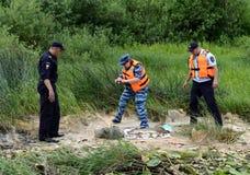 Полицейские принимают вне рыб от рыболова для красть на реке Oka Стоковая Фотография RF