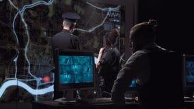 Полицейскии гоня шатию от офиса наблюдения Стоковые Фотографии RF