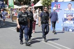 Полицейскии наблюдают центр города Авиньона во Франции стоковая фотография
