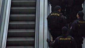 Полицейскии на обязанности, патрулирующ город, обеспечивающ общественный порядок, обеспечивая безопасность сток-видео