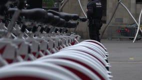 Полицейскии патрулируя город и обеспечивая безопасность около автостоянки велосипеда сток-видео