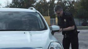 Полицейский останавливая водителя корабля акции видеоматериалы