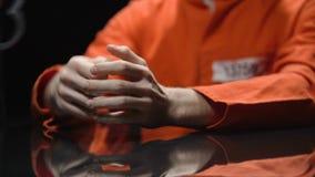 Полицейский раскрывает наручники, пленника получает свободу в обмен на сотрудничество сток-видео
