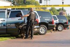 Полицейский рядом с строкой автомобилей стоковые фото