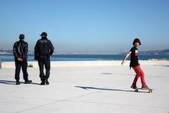 полиции мальчика катаются на коньках Стоковые Изображения