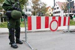 полиции человека подписывают стоп Стоковые Изображения RF