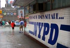 полиции nypd придают квадратную форму временам станции стоковое изображение