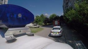 Полиция, автомобиль машины скорой помощи и здание города пожарной машины бдительное близко, промежуток времени видеоматериал