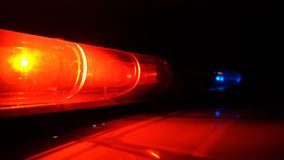 Полиция голубая и красная лампа проблескивая закручивающ в темноту акции видеоматериалы