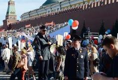 Полиция обеспечивает законность и порядок для долей ` полка ` бессмертного на красной площади в Москве Стоковое Фото