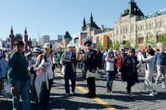 Полиция обеспечивает законность и порядок для долей ` полка ` бессмертного на красной площади в Москве Стоковые Фото
