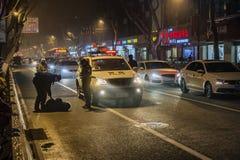 Полиция помогает пьяным людям стоковая фотография rf