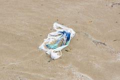 Полиэтиленовый пакет на пляже стоковое фото