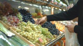 Полка плодоовощ с виноградинами на гастрономе видеоматериал