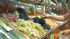 Полка плодоовощ с виноградинами на гастрономе сток-видео