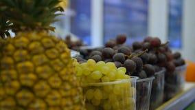 Полка со свежими органическими плодами в гастрономе акции видеоматериалы