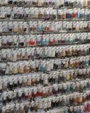 Полка с аксессуарами для того чтобы собрать ожерелья и bracele моды стоковые фото