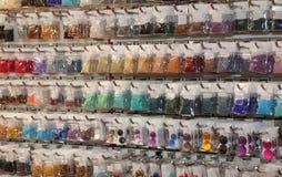 Полка с много аксессуаров для того чтобы собрать ожерелья и br моды стоковые фото
