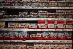 Полка с различными более добросердечными продуктами в супермаркете в Барселоне, Каталонии, Испании 30-ое апреля 2019 стоковая фотография