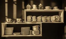 Полка с чашками и плитами Стоковая Фотография
