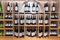 Полки вина в магазине Стоковая Фотография RF