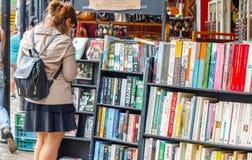 Полки используемых книг на дисплее на подержанном книжном магазине в рынке Camden Стоковое фото RF