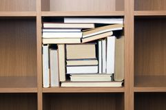 полки книг более близкие Стоковые Изображения RF