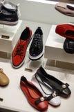 Полки магазина с пестроткаными ботинками Стоковое Изображение RF