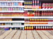Полки супермаркета с абстрактной предпосылкой нерезкости Стоковая Фотография