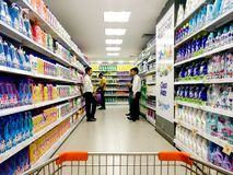 Полки супермаркета штабелированные с тензидами и поставками чистки стоковая фотография