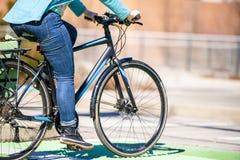 Полная женщина линяет ее килограммы пока едущ велосипед стоковая фотография rf