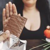 Полная женщина отказывая шоколадный батончик Стоковое Фото