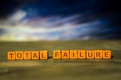 Полная неудача на деревянных блоках Изображение обрабатываемое крестом с предпосылкой bokeh стоковая фотография