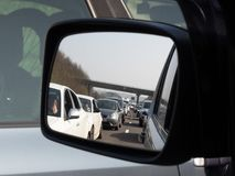 Полная пробка на дороге на шоссе M1 по мере того как автомобилистки сидят в заторе движения стоковое фото